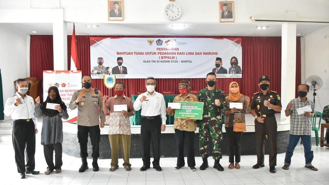 Kodim 0729 Bantul Salurkan Bantuan Tunai untuk Pedagang Kaki Lima dan Warung