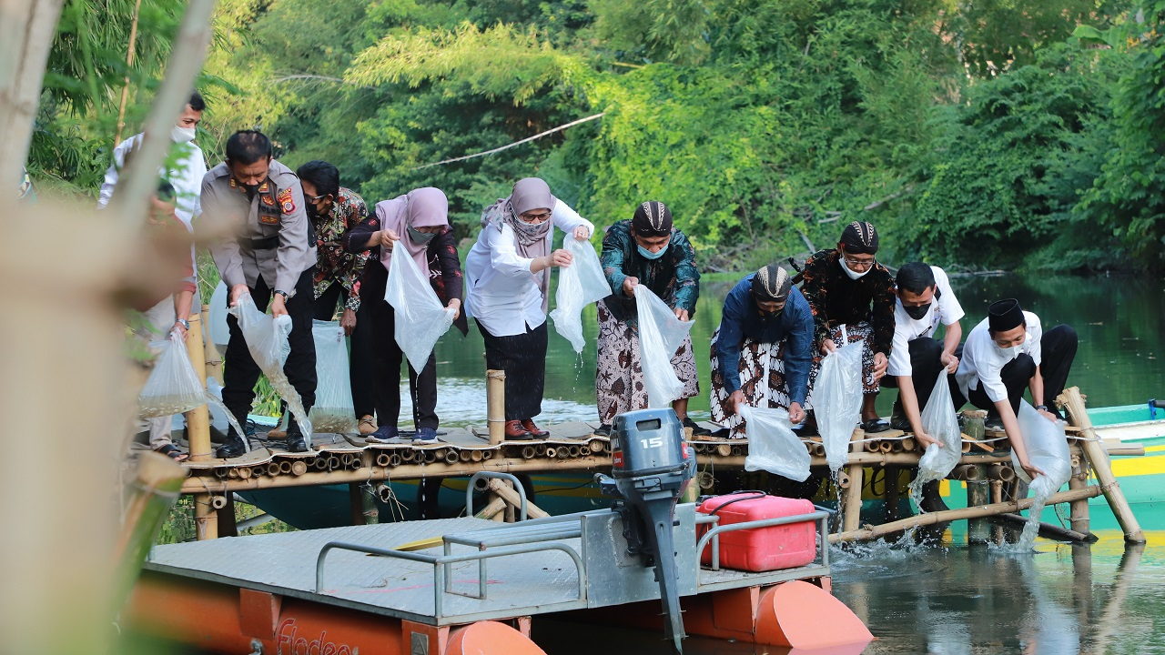Destinasi Wisata Taman Ngelo, Menawarkan Susur Sungai Malam Hari dengan Perahu Motor
